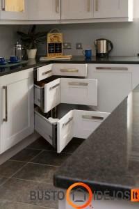 Dar vienas variantas, kaip išnaudoti virtuvės baldų kampą